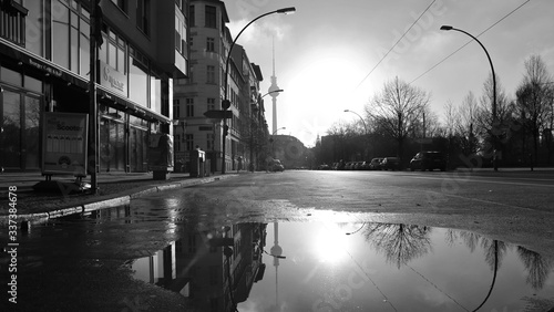Photo Fernsehturm Reflecting In Puddle On City Street