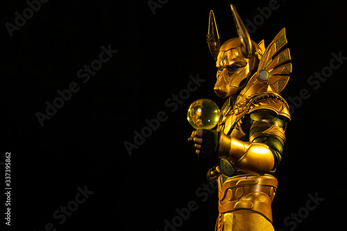 Photo a male actor in a suit of an Egyptian mythology character, the golden deity Jack