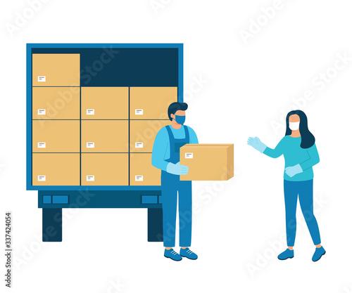 Fotografía Loader man gives buyer box of goods