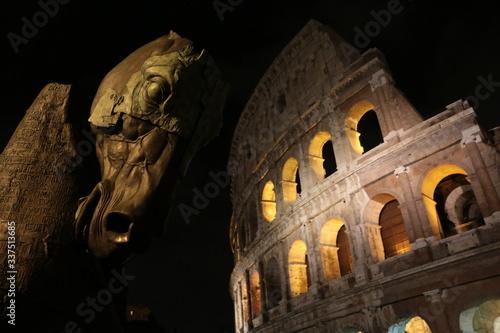 Fototapeta Estatua de caballo con el coliseo romano en el fondo, en Roma, Italia.  obraz