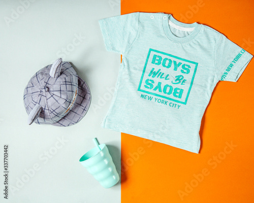 Fotografía boy t-shirt in sea green grey printed cap and plastic cup with tube