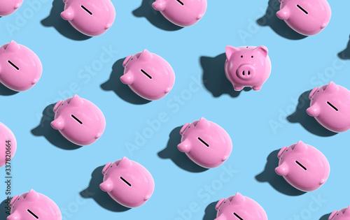 Fotografia Pink piggy banks overhead view - flat lay