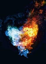 暗闇に浮かぶ抽象的な火のハート