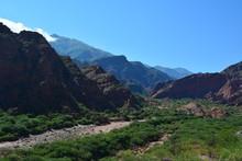 Valle Perdido Entre Cerros Y Vegetación
