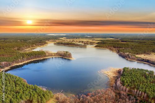 wiosenny zachód słońca na Mazurach w północno-wschodniej Polsce
