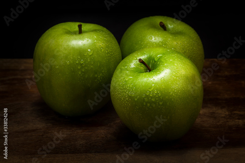 Fotografia Close-up Of Wet Granny Smith Apples On Table