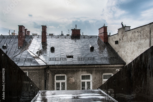 Dachy podczas ulewy - 338140218