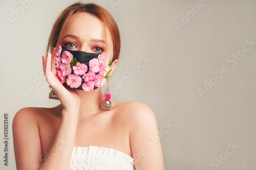 Cuadros en Lienzo Fashion photo of a girl in a mask of flowers