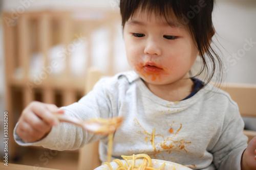 Fotografie, Obraz 食事で服を汚す女の子
