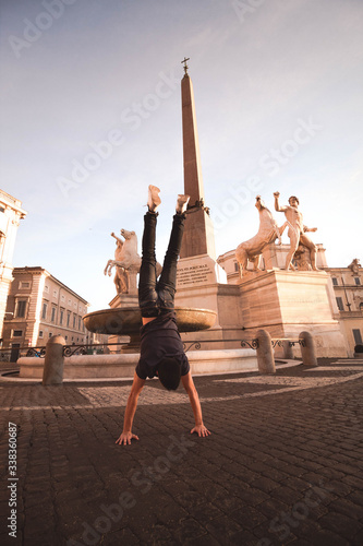 Fotografie, Obraz Joven haciendo el pino en plaza de Roma.