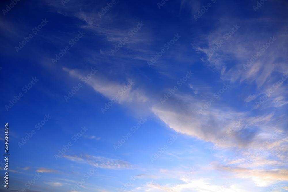 Fototapeta Błękitne niebo po zachodzie słońca z chmurami, obłokami.