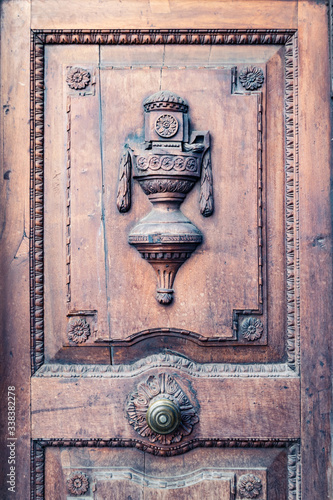 Antique wooden door inlaid with floral motifs and a sort of raised the cup Slika na platnu