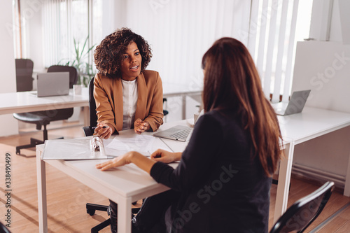 Fotografia Consulting with a financial manager at the bank