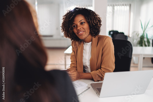 Obraz Two businesswoman having a meeting - fototapety do salonu