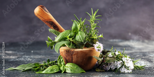 Foto Homegrown and aromatic herbs on rustic background with rosemary and basil