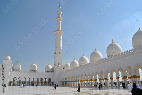 Fotografiet Sheikh Zayed Grand Mosque Against Cloudy Sky