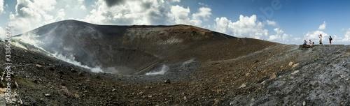 Foto Tourists Near A Volcano