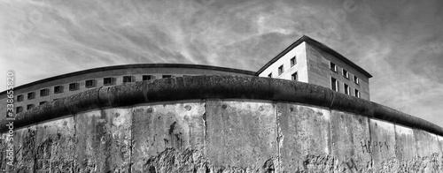 Obraz Low Angle View Of Berlin Wall - fototapety do salonu