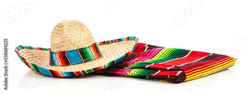 Photo A woven Mexican sombrero or hat with a colorful serape blanket