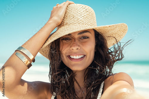 Happy woman wearing straw hat at summer beach Tableau sur Toile