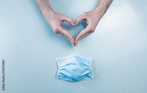 Tablou Canvas Coronavirus, mani a simbolo del cuore con mascherina chirurgica.