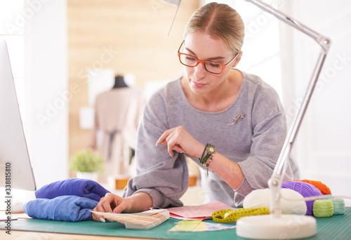Photo Woman American fashion designer working in atelier