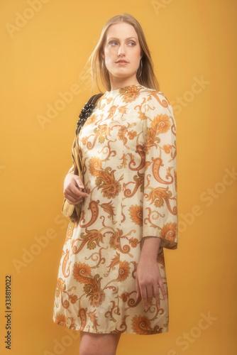 Papel de parede 1960s retro fashion woman in vintage paisley dress and holds handbag