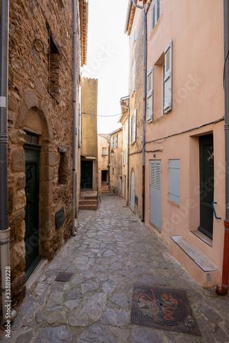 Altstadtgasse in Ramatuelle in der Provence, Südfrankreich Tableau sur Toile