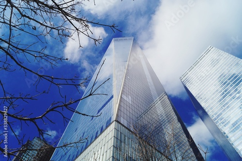 Photo Low Angle View Of One World Trade Center With Buildings Against Sky