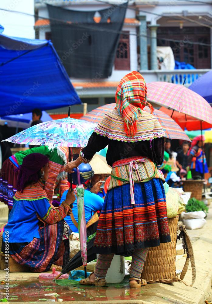 Fototapeta wietnamskie kobiety w tradycyjnych strojach na targu w Bac Ha