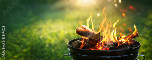 Foto Barbecue Grill with Fire on Open Air. Fire flame