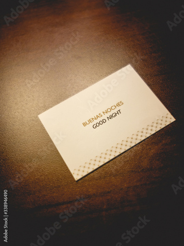 Fotografía Card with the phrase Good night in spanish and english (Buenas Noches) on wood