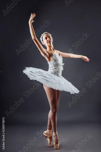 Ballerina dancing in white dress Fototapet