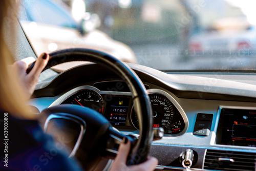 Carta da parati car steering wheel with driver hands on it