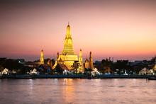 Wat Arun Temple Fo Dawn At Sunset, Bangkok, Thailand