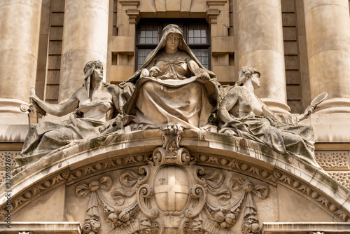 Платно Fortitude and Truth by Frederick William Pomeroy over the main door of the Old B