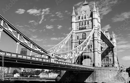 Obrazy Londyn   niski-kat-widzenia-tower-bridge-nad-rzeka