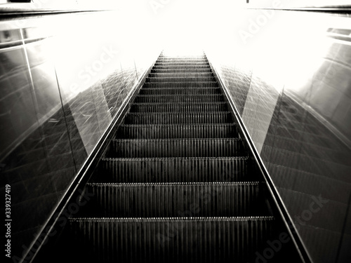 Photographie Low Angle View Of Escalator