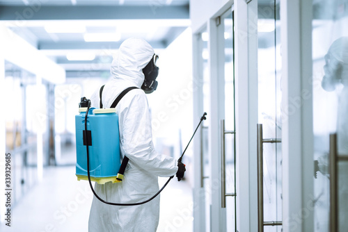 Fotografía Disinfecting of office to prevent COVID-19, Man in protective hazmat suit with  with spray chemicals to preventing the spread of coronavirus, pandemic in quarantine city
