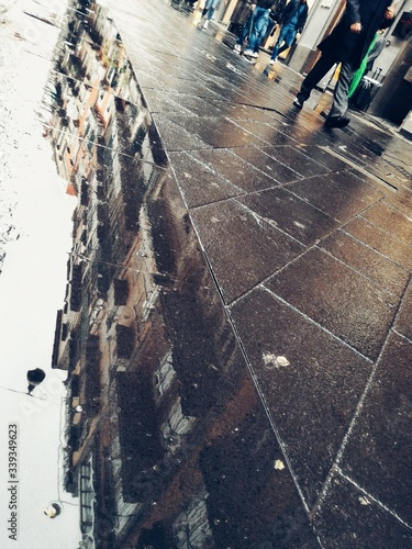 Canvas Print Reflection Of Building In City On Puddle