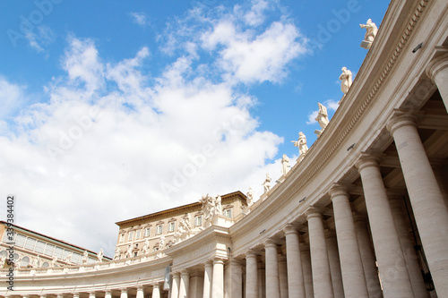 Fotografía A group of Saint Statues on the colonnades of St Peter's Square with blue sky an