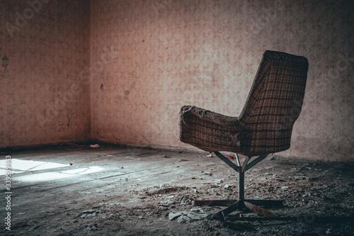Fotografie, Obraz stary zniszczony fotel w opuszczonym budynku