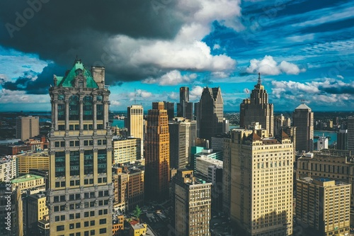 Fotografia, Obraz Cityscape of Detroit under the sunlight and a dark cloudy sky at daytime in Mich