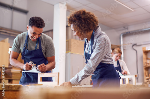 Photo Female Tutor With Carpentry Student In Workshop Studying For Apprenticeship At C