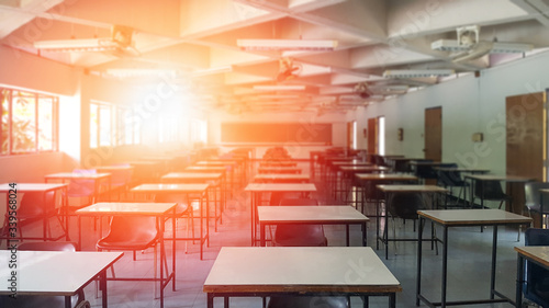 Fotografia School classroom closed in blur background without young student; Blurry view of empty examination class room no kid or teacher with chairs and tables in campus university