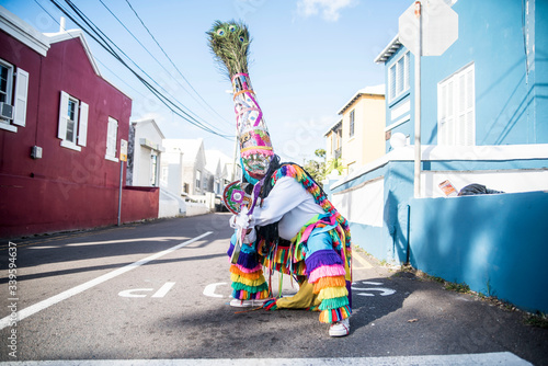 Photo colorful dancer in bermuda