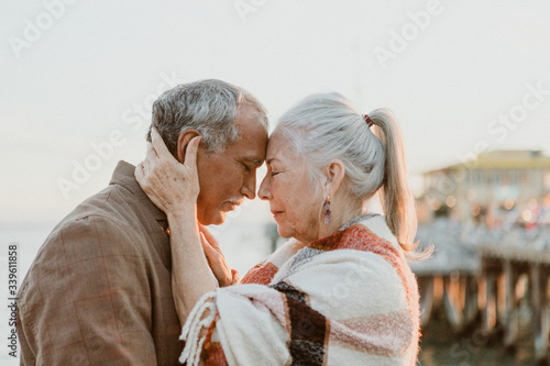 Photo Senior couple intimately embracing by the sea