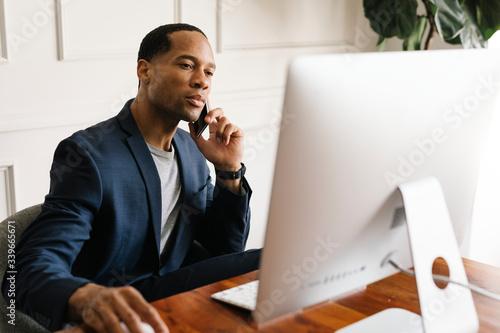 Canvastavla Man working on a computer
