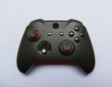 Xbox Controller Auf Weißem Hintergrund. Logo Zensiert.