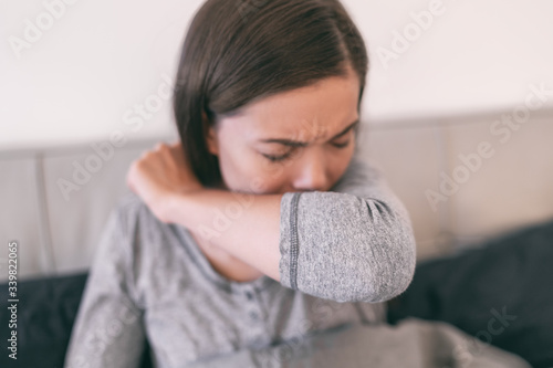 Foto COVID-19 cover cough Coronavirus reducing of risk of spreading the infection by covering nose and mouth when coughing and sneezing with flexed elbow